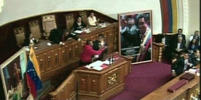 Fanático chavista se lanza sobre Nicolás Maduro en pleno discurso
