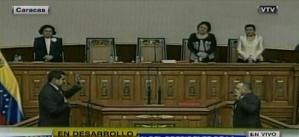 Juramenta Nicolás Maduro e hija de Chávez le coloca banda presidencial