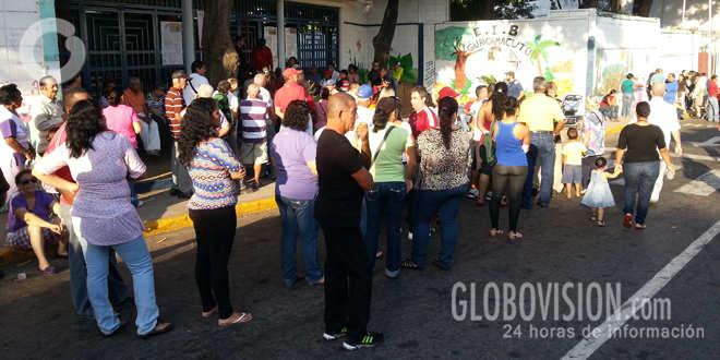 Venezolanos acuden a las urnas y Capriles pide esperanza, fe y valentía