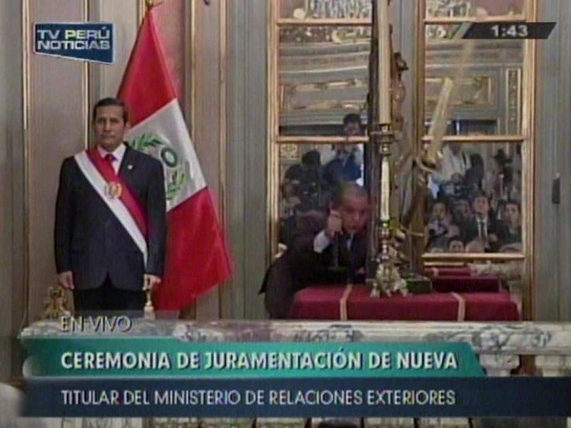 VIDEO / Se cae cirio frente a Ollanta Humala antes de juramentación