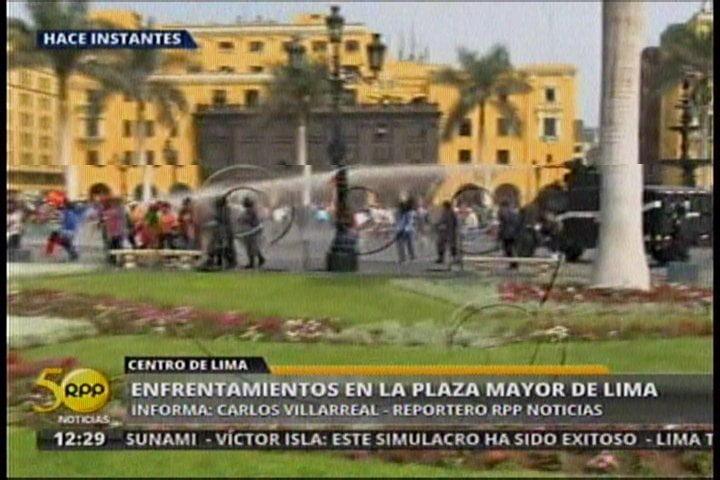 Con gas lacrimógeno, PNP expulsa a manifestantes de la Plaza Mayor