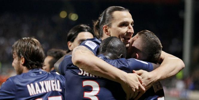 El delantero del Paris Saint Germain, Zlatan Ibrahimovic, celebra con sus compañeros la obtención de la Liga francesa de fútbol.