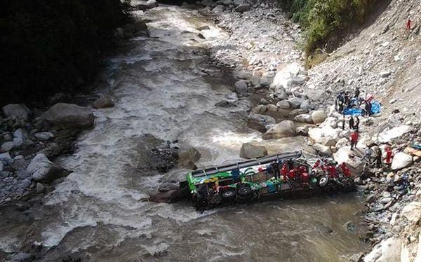 Aumenta a 35 el número de fallecidos por volcadura de bus en Chanchamayo