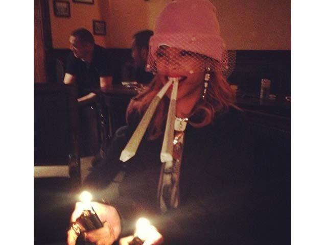 Cantante Rihanna publica fotos fumando marihuana