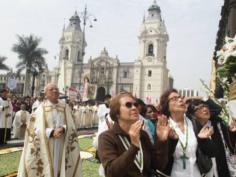 Los fieles rinden homenaje al Cuerpo de Cristo (Arzobispado de Lima)