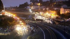España: Al menos 60 personas mueren por descarrilamiento de un tren