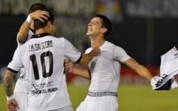 Silva celebra con sus compañeros el primer gol de Olimpia de Paraguay.