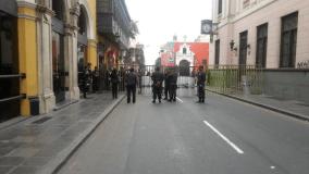 "(@luissantolalla) Centenares protestan contra ""repartija"" congresal"