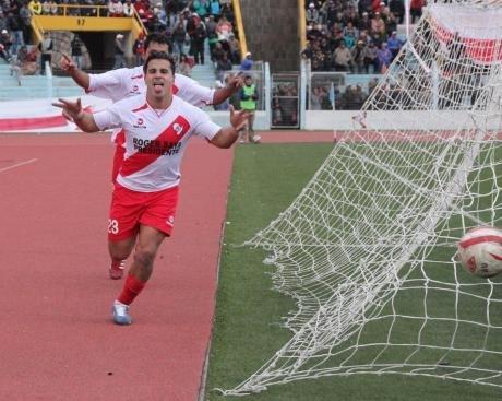 Alfonso Ugarte goleó al Sport Boys y es animador de la segunda división.