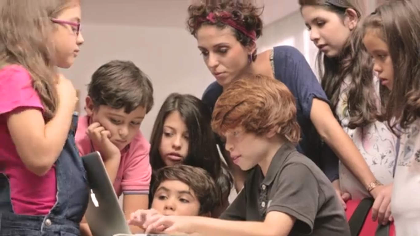 Estos chicos enseñan a celebridades a escribir bien en Twitter (Video)