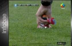 (Video) Hincha lanza al árbitro los juguetes y la lonchera de su hija