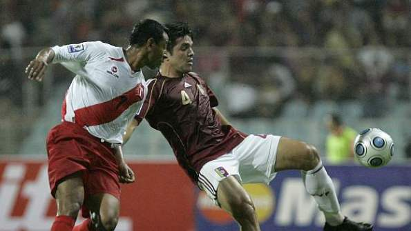 Nolberto Solano, en imagen que corresponde al partido que Perú  disputó ante Venezuela en Puerto La Cruz por clasificatorias al mundial Sudáfrica 2010.