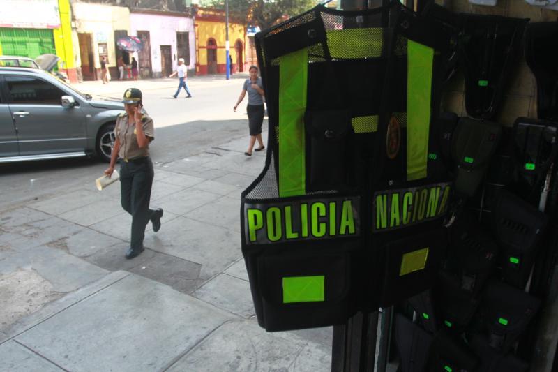 Denuncian que policías deben buscar sastres por mal diseño de uniformes