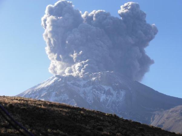(Video) Volcán Ubinas: Geólogos del IGP graban explosión y arriesgan sus vidas
