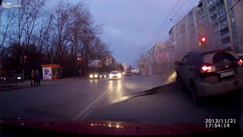[VIDEO] En Rusia se abre la tierra y casi se traga un auto