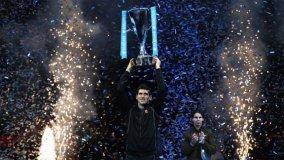 Djokovic retuvo su título de Maestro tras someter con un dominio superlativo a Rafael Nadal.