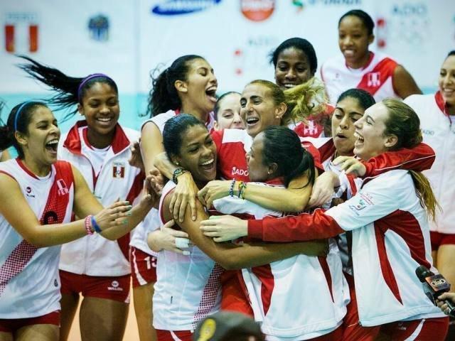 Emotivo abrazo entre las campeonas bolivarianas y su entrenadora Natalia Málaga.