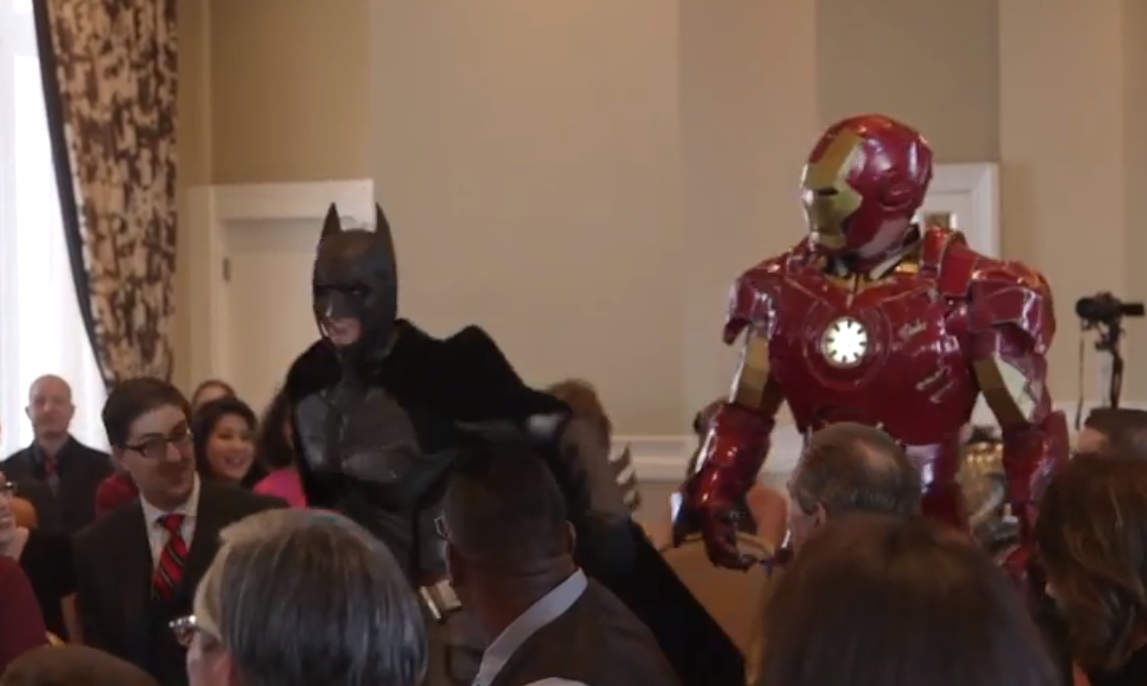 [VIDEO] Iron Man, Batman y ninjas irumpen en una boda