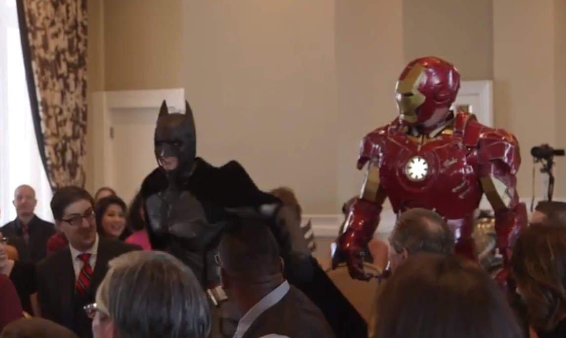 [VIDEO] Iron Man, Batman y ninjas irumpen en una boda