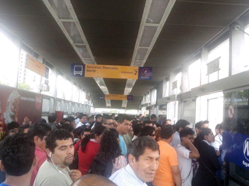 Estaciones del Metropolitano colapsaron por masiva afluencia de pasajeros