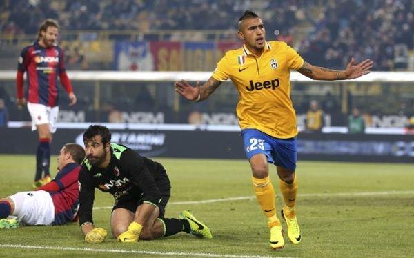 El chileno Arturo Vidal inició el camino del triunfo de la Juventus (con camiseta alterna) en casa del Bologna.