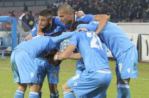 Napoli se mantiene firme en el tercer lugar tras golear al Inter.