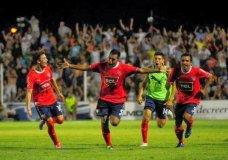 Celebración eufórica de Vidal, tras marcar el golazo que lo coloca a Independiente en zona directa de ascenso al término de la primera rueda del Nacional B.