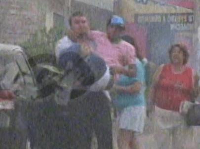 [VIDEO] Reimond Manco ebrio en discoteca y lo llevan cargado a su casa