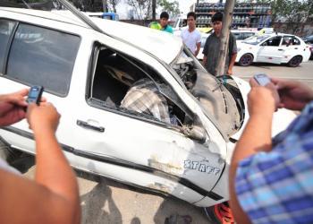Surco: Fotógrafo rescata a chofer que chocó automovil