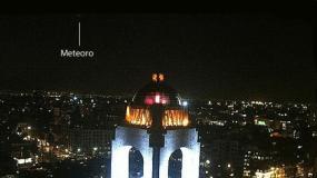 Foto y video RT / México: Cámara capta meteoríto desde el Monumento a la Revolución