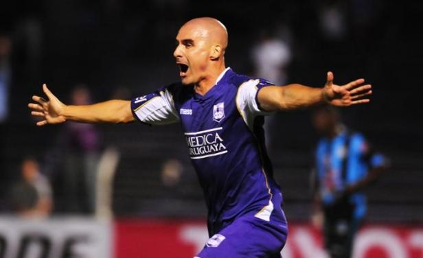Correa (en la foto) marcó el empate transitorio para Defensor Sporting de Uruguay.