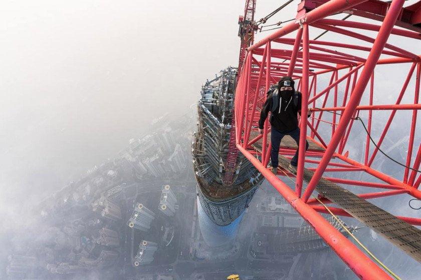 FOTO @VadimMakhorov - Facebook / [VIDEO] Impactante: Escalan segundo edificio más alto del mundo sin cuerda
