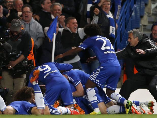 Instantes donde Chelsea celebra su segundo gol, Mourinho corrió desde su zona técnico para unirse al festejo.