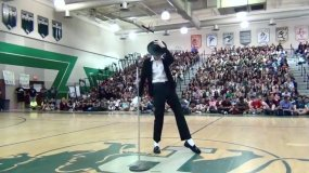 [VIDEO] Bailó como Michael Jackson en su colegio y es viral en YouTube