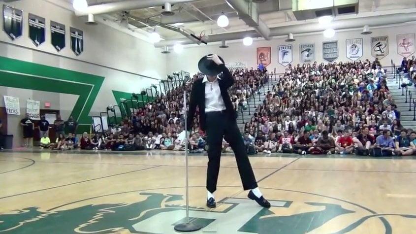 [VIDEO] Bailó como Michael Jackson en su colegio y es viral en YouTube