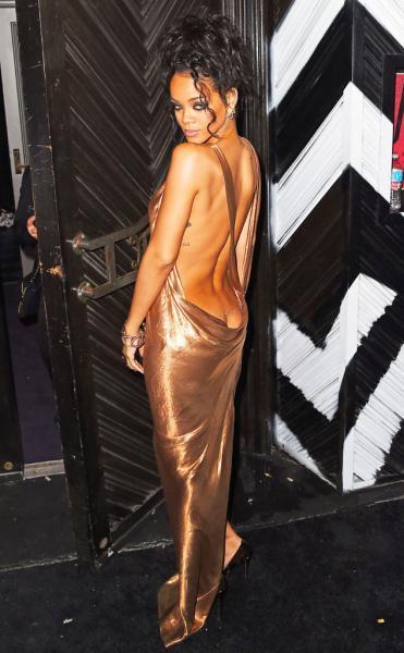 [Foto redes sociales] Rihanna muestra derrier con vestido hot y aloca a fans