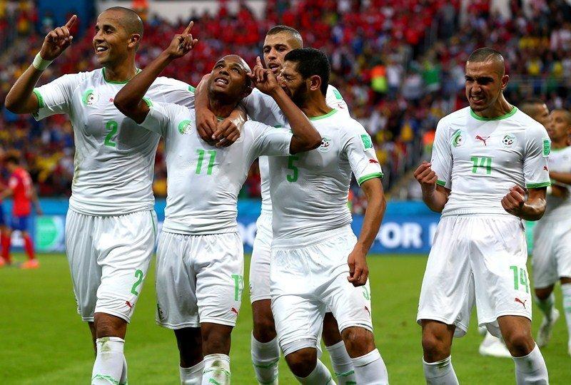 Brahimi celebra con sus compañeros el golazo argelino cuya acción inició Feghouli.