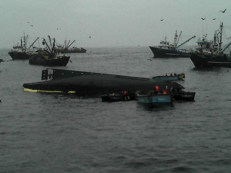 Embarcación Marisoll II volteada en el mar (Foto Cortesía Stephany Mujica)