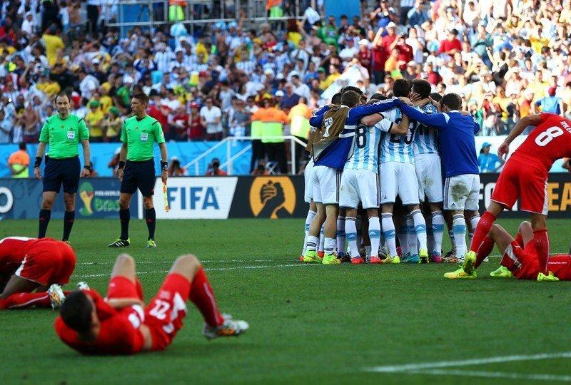Argentina ganó con angustia y clasificó a cuartos de final gracias a una excelente acción de Messi que derivó en el gol de Di María.
