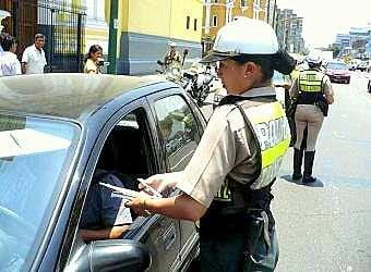 Mujer policía fue arrastrada por imprudente chofer por evitar intervención