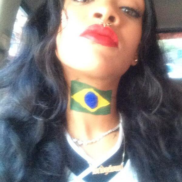 [FOTOS Twitter] Rihanna se pintó la bandera de Brasil en el cuello y espera la final