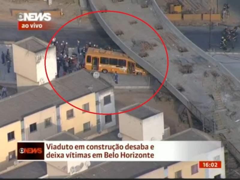 [VIDEO] Impresionante caída de viaducto sobre un bus en Brasil