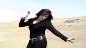 [VIDEO] Mujer iraní desafía al Islám y se quita el velo con baile desenfrenado