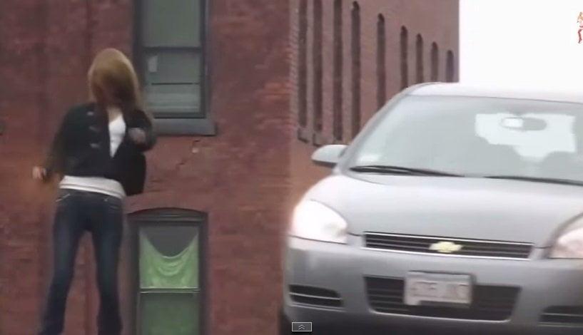[VIDEO] Impresionante efecto zombie en esta mujer por extraña droga