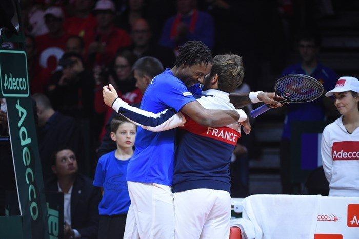 Monfils celebra merecidamente el triunfo sobre Federer en la Davis.