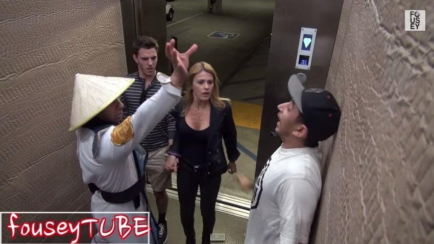 [VIDEO] Broma pesada: Raiden de Mortal Kombat causa terror en ascensor