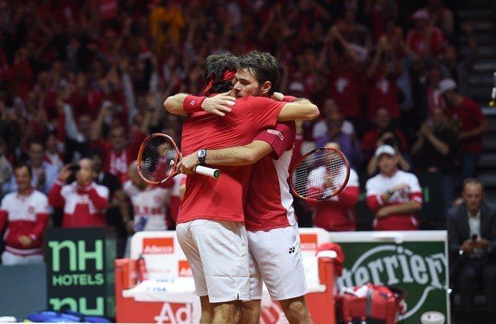 Federer y Wawrinka ganaron un partido clave para que Suiza se ponga a un solo punto de ganar la Copa Davis.