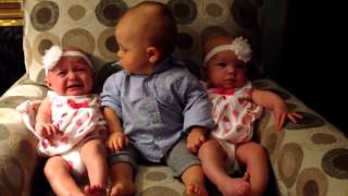[VIDEO] Adorable: Un bebé conoce a sus hermanitas gemelas y mira lo que pasa