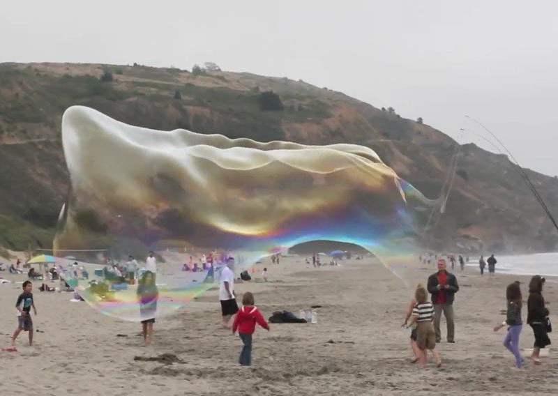 Impactante: Alegró a niños con enormes burbujas de jabón