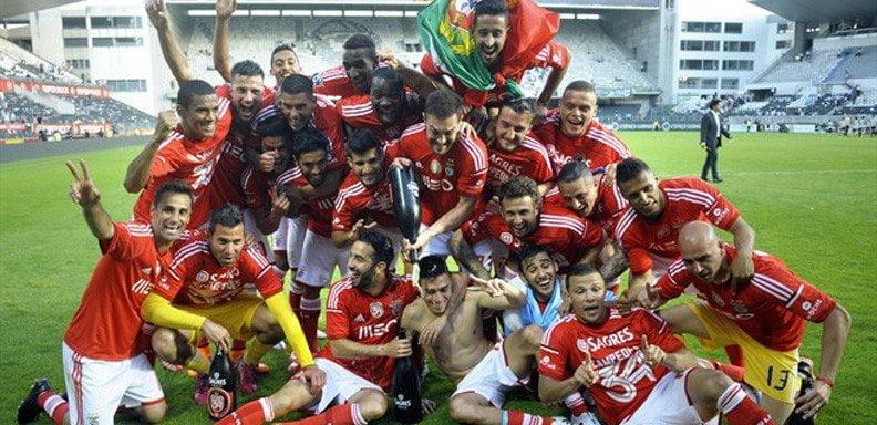 Benfica celebró por segunda temporada consecutivo el campeonato de fútbol portugués.
